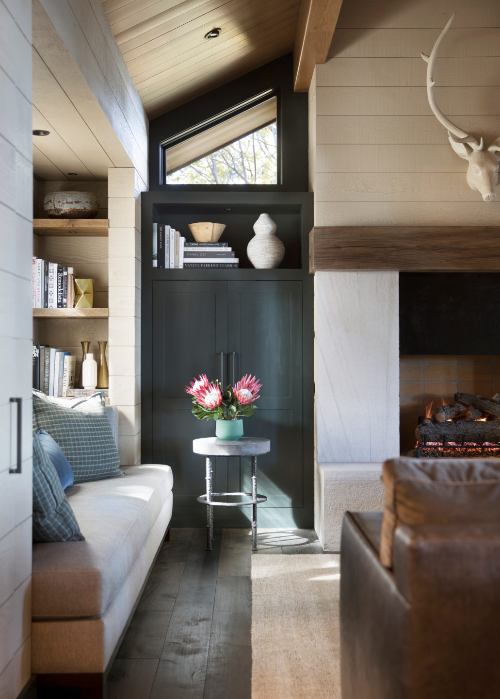 Jennifer_robins_interiors_projects_lake_tahoe_Leupold_04_living_room_bay_window_fireplace