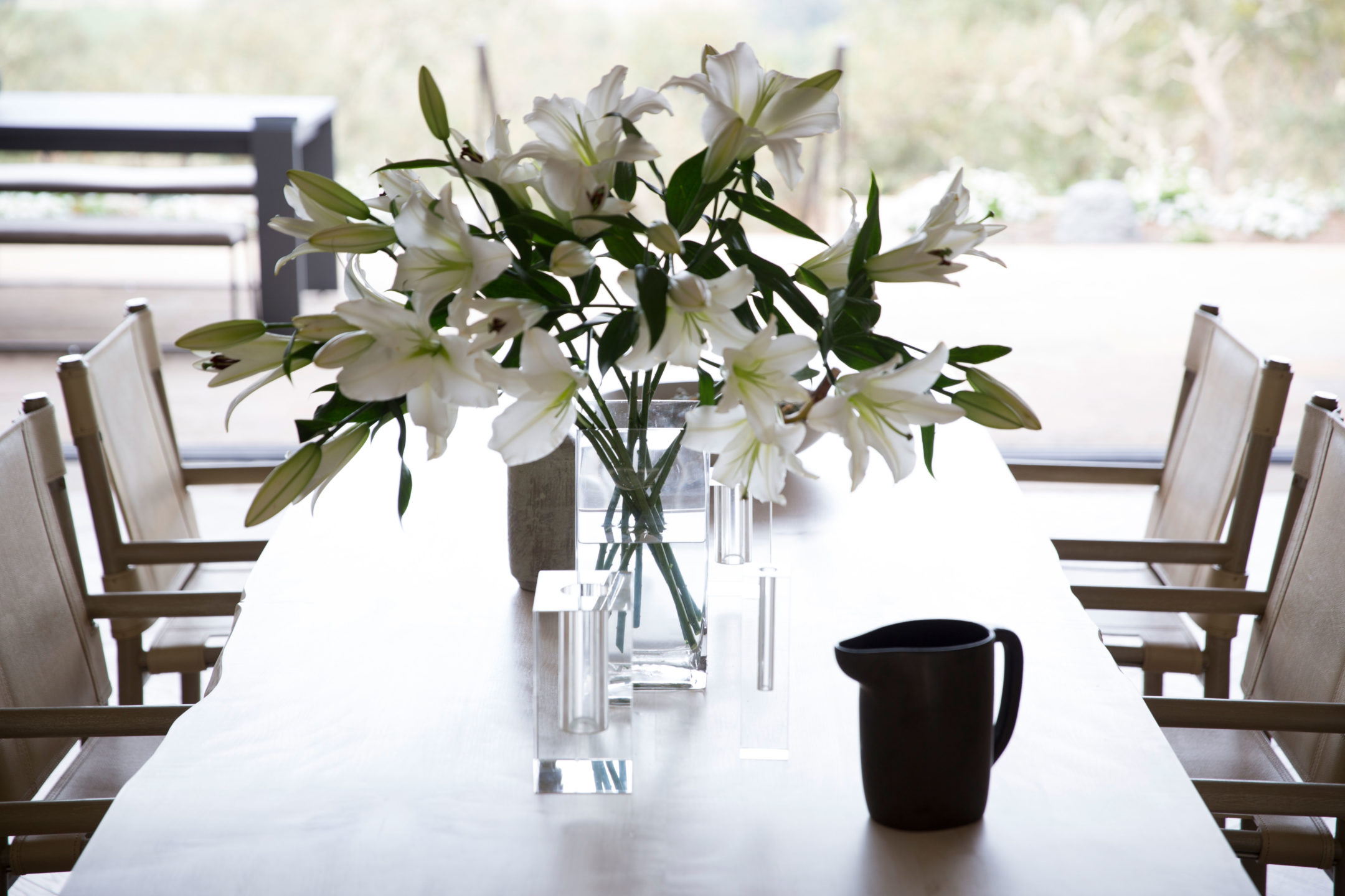Jennifer_robins_interiors_projects_st_helena_details_flowers_table3Conn